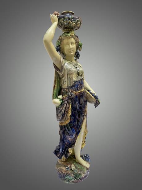 Jeune femme à l'antique, portant coupe sur la tête.