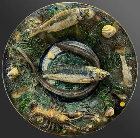 Alfred Renoleau - Plat rond à l'anguille et écrevisse en bas, céramique en barbotine.