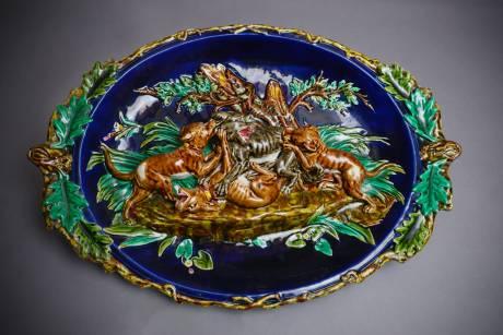 Sarreguemines, grand plat à la scène de chasse au loup en barbotine